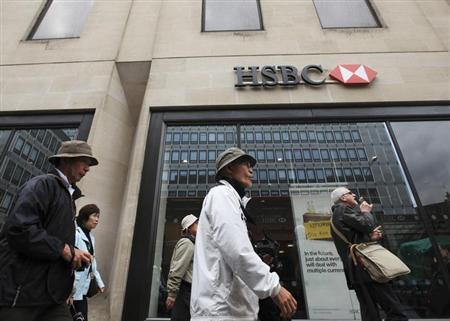Tourists pass an HSBC bank in central London, May 8, 2012. REUTERS/Olivia Harris