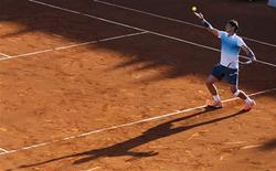 El tenista español Rafael Nadal sirve durante su encuentro de dobles con el argentino Juan Mónaco frente a la dupla de checos Frantisek Cermak y Lukas Dlouhy en el ATP de Viña del Mar en Chile, feb 5 2013. El tenista español Rafael Nadal, ex número 1 del mundo, retornó el martes a las pistas con un triunfo, tras unos ocho meses de inactividad, al vencer junto al argentino Juan Mónaco por 6-3 y 6-4 a la dupla integrada por los checos Frantisek Cermak y Lukas Dlouhy en el ATP de Viña del Mar en Chile. REUTERS/Eliseo Fernandez