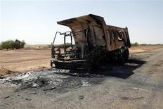 """Tropas francesas y malienses combatían a rebeldes islamistas vinculados a Al Qaeda en el desierto del Sáhara, fuera de la localidad más grande del norte de Mali, informó el miércoles el ministro francés de Defensa, Jean-Yves Le Drian, y calificó la situación de """"guerra de verdad"""" que está lejos de ser ganada. En la imagen, un camión destruido, se cree que de rebeldes islamistas, en una carretera entre Konna y Sevare, el 4 de febrero de 2013. REUTERS/Benoit Tessier"""