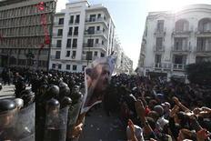 Affrontements entre policiers et manifestants devant le ministère de l'Intérieur à Tunis. Les islamistes au pouvoir en Tunisie ont annoncé mercredi la démission du gouvernement et promis d'organiser rapidement des élections pour tenter de calmer les violentes manifestations provoquées par l'assassinat du dirigeant de l'opposition laïque Chokri Belaïd. /Photo prise le 6 février 2013/REUTERS/Anis Mili