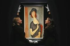 Un portrait de Jeanne Hébuterne peint par Amedeo Modigliani un an avant sa mort en 1920 a été vendu 26,9 millions de livres sterling (42,3 millions de dollars) lors d'une enchère chez Christie's à Londres, mercredi. /Photo prise le 1er février 2012/REUTERS/Suzanne Plunkett