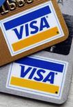 Платиковые карты Visa в Нью-Йорке, 18 марта 2008 года. Квартальная прибыль Visa Inc опередила прогнозы аналитиков девятый квартал подряд, так как объемы кредитных и дебетовых платежей и количество трансакций в крупнейшей платежной сети повысились. REUTERS/Chip East