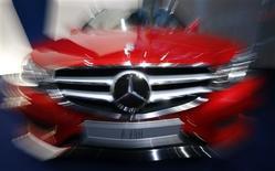 Daimler, propriétaire de la marque Mercedes, prévoit des résultats globalement stables en 2013. Le constructeur allemand laisse son dividende inchangé, après avoir atteint ses objectifs pour 2012. /Photo prise le 7 février 2013/REUTERS/Michael Dalder