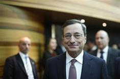 El presidente del Banco Central Europeo, Mario Draghi, a su llegada a una conferencia de prensa del bloque en Fráncfort, feb 7 2013. La actividad económica en la zona euro debería recuperarse gradualmente más adelante en el 2013 pero existen más riesgos negativos que positivos, dijo el jueves el presidente del Banco Central Europeo, Mario Draghi. REUTERS/Lisi Niesner