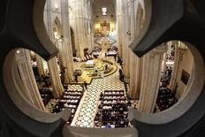 La Policía Nacional desactivó el jueves un pequeño artefacto explosivo en la madrileña catedral de la Almudena, según confirmó el cuerpo policial en su cuenta de Twitter. En la imagen, el interior de la catedral durante una misa del papa Benedicto XVI el 20 de agosto de 2011. REUTERS/Tony Gentile
