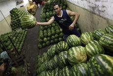 Trabalhador arruma melancias antes de levá-las para feira, em São Paulo.Índice Nacional de Preços ao Consumidor Amplo (IPCA) acelerou a alta e subiu 0,86 por cento em janeiro, após o avanço de 0,79 por cento em dezembro, informou o Instituto Brasileiro de Geografia e Estatística (IBGE). 01/02/2013 REUTERS/ Nacho Doce