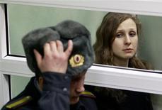 Tres miembros de la banda rusa de punk Pussy Riot han apelado al Tribunal Europeo de Derechos Humanos sus sentencias de cárcel por una protesta contra los lazos del presidente Vladimir Putin con la Iglesia ortodoxa rusa. En la imagen, la integrante de la banda de punk Pussy Riot escucha su veredicto desde el puesto del acusado durante una vista en el tribunal en Berezniki, en la región cerca de los Urales, el 16 de enero de 2013. REUTERS/Sergei Karpukhin