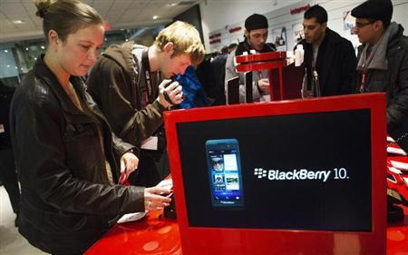 People view the new Blackberry Z10 device at a Rogers store in Toronto February 5, 2013. Tuesday marks the first day the Blackberry Z10 with the BB10 operating system goes on sale to the public in North America. REUTERS/Mark Blinch
