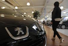 PSA Peugeot Citroën a annoncé jeudi soir 4,13 milliards d'euros de dépréciations d'actifs de sa division automobile, dont la valeur comptable a été amputée par la dégradation du marché européen. /Photo prise le 1 février 2013/REUTERS/Jean-Paul Pélissier