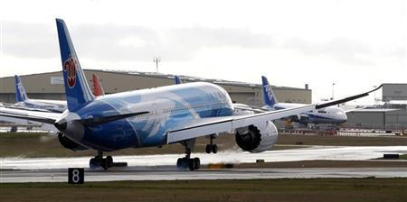 The Boeing 787 lands in Everett, Washington travelling with crew only from Fort Worth, Texas February 7, 2013. REUTERS/Kevin P. Casey