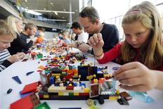 Cuando Sara Tsiropinas, de 36 años, va de compras con su hija Maya de tres años, esta madre residente en Nueva York evita los pasillos dedicados a juguetes electrónicos. En esta imagen de archivo, Helene Haga (a la derecha), su padre Trond (centro) y su hermano Henrik (izquierda) en el Festival de Lego anual, en el Museo Técnico de Oslo, el 6 de octubre de 2012. REUTERS/Lise Aserud/NTB Scanpix