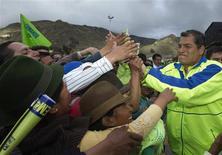 Presidente do Equador, Rafael Correa (D), cumprimenta apoiadores indígenas durante comício politico, em Zumbahua. Correa manteve uma grande liderança sobre seu adversário mais próximo para a eleição de 17 de fevereiro, mostrou uma pesquisa. 16/01/2013 REUTERS/Guillermo Granja