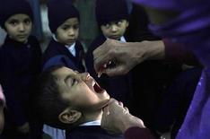 Una vaccinazione antipolio . REUTERS/Mohsin Raza