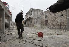 Un miembro del Ejército de Siria libre con su arma durante un enfrentamiento con fuerzas de Gobierno en Aleppo, feb 7 2013. Las fuerzas del presidente sirio, Bashar al-Assad, luchaban el viernes por recuperar posiciones en una circunvalación de Damasco que cayó a manos de los rebeldes, para no perder el dominio sobre la capital, dijeron activistas de la oposición. REUTERS/Zain Karam