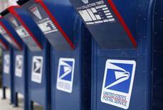 La Poste américaine (U.S. Postal Service) a subi une perte de 1,3 milliard de dollars (970 millions d'euros) au premier trimestre, après une perte de 3,3 milliards un an auparavant. /Photo prise le 6 février 2013/REUTERS/Mike Blake
