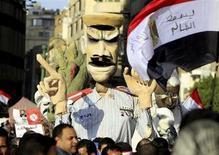 Miles de egipcios marcharon el viernes en varias ciudades del país en contra del presidente islamista Mohamed Mursi, quemando neumáticos y lanzando bombas incendiarias en algunas zonas. En la imagen, egipcios opuestos al presidente Mohamed Mursi portan una efigie caricatura de él en la Plaza de Tahrir, en El Cairo, el 8 de febrero de 2013. REUTERS/Mohamed Abd El Ghany