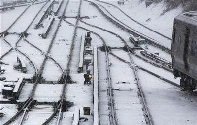 Blizzard wallops U.S. Northeast, closes roads