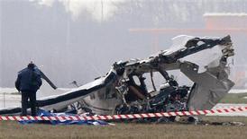 Una avioneta se estrelló el sábado en el aeropuerto belga de Charleroi, causando la muerte de cinco personas y el cierre del aeródromo utilizado principalmente por Ryanair y otras aerolíneas de bajo coste. En la imagen del 9 de febrero, un fotógrafo de la policía inspecciona los restos de la avioneta. REUTERS/Sebastien Pirlet