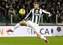 Contrôle de Claudio Marchisio de la Juventus Turin. Le champion en titre a provisoirement porté son avance à six points en tête de la Serie A italienne en battant samedi la Fiorentina 2-0. /Photo prise le 9 février 2013/REUTERS/Stefano Rellandini