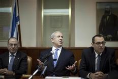 O primeiro-ministro de Israel, Benjamin Netanyahu (centr), comparece à reunião semanal de seu gabinete em Jerusalém, Israel. 10/02/2013 REUTERS/Uriel Sinai/Pool