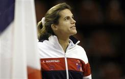 Amélie Mauresmo, capitaine de l'équipe de France de Fed Cup, veut s'appuyer sur Marion Bartoli, 10e mondiale, mais forfait ce week-end, pour bâtir l'avenir alors que les Bleues devront passer par un barrage, en avril, pour conserver leur place en deuxième division après avoir été battues par l'Allemagne ce week-end. /Photo prise le 10 février 2013/REUTERS/Régis Duvignau
