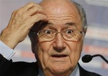 Le président de la Fifa, Sepp Blatter, a déploré dimanche les observations négatives de l'UEFA quant aux réformes en cours au sein de la Fédération internationale de football, jugeant que l'instance européenne voulait bloquer le processus. /Photo prise le 15 décembre 2012/REUTERS/Toru Hanai