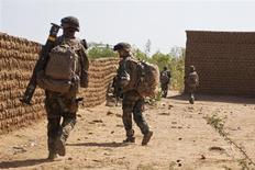 Soldados franceses patrulham uma área onde um homem-bomba se explodiu em Gao, no norte do Mali, neste domingo. 10/02/2013 REUTERS/François Rihouay