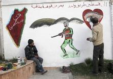 El líder de la Coalición Nacional Siria, Moaz Alkhatib, dijo el domingo que está dispuesto a mantener diálogos con los representantes del presidente Bashar el Asad en las zonas controladas por los rebeldes en el norte del país. En la imagen, miembros del Ejército Sirio Libre pinta un mural en una escuela en Alepo, el 10 de febrero de 2013. REUTERS/Muzaffar Salman