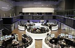 Las bolsas europeas bajaban el lunes por la negativa influencia del grupo farmacéutico Novo Nordisk, que caía un 15 por ciento tras sufrir un revés regulatorio en EEUU. En la imagen, traders en la Bolsa de Fráncfort, el 1 de febrero de 2013. REUTERS/Remote/Janine Eggert