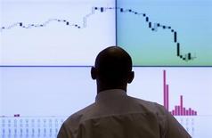 Участник торгов смотрит на экран с котировками на фондовой бирже РТС в Москве 11 августа 2011 года. Российские фондовые индексы балансируют в понедельник вокруг сложившихся значений под давлением акций Газпрома, скатившихся до многолетних минимумов, а бумаги Северстали стали заложниками происшествия на шахте компании. REUTERS/Denis Sinyakov