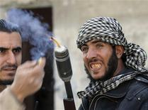 Tropas leales al presidente de Siria, Bashar el Asad, se enfrentaban el lunes en Damasco con los rebeldes por conseguir el control de una zona al este del centro de la ciudad, movilizando tanques para defender sus líneas mientras sus oponentes también atacaban otros objetivos en la capital. En la imagen, combatientes del Ejército Libre Sirio en Damasco el 9 de febrero de 2013. REUTERS/Goran Tomasevic