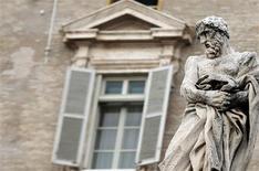 Tras el sorprendente anuncio del papa Benedicto XVI de que renunciará a final de mes, puede que esté cerca el momento de que la Iglesia católica elija a su primer pontífice no europeo, y podría ser un latinoamericano. En la imagen, una estatua frente a la ventana del Papa en el Vaticano el 11 de febrero de 2013. REUTERS/Alessandro Bianchi