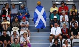 El Gobierno británico intensificó el lunes su campaña para impedir que Escocia abandone Reino Unido, publicando una opinión legal que dice que el nuevo país estaría al margen de organismos internacionales como la Unión Europea. En esta imagen de archivo, una aficionada envuelta en la bandera escocesa sube unas escaleras durante el partido de tenis entre el británico Andy Murray y el francés Gilles Simon en el Abierto de Australia, en Melbourne, el 21 de enero 2013. REUTERS/David Gray