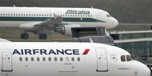 Un jet di Air France e uno di Alitalia affiancati all'aeroporto parigino Charles De Gaulle, 8 gennaio 2013. REUTERS/Charles Platiau