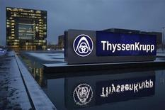 ThyssenKrupp a fait état mardi d'un bénéfice opérationnel ajusté en recul de 38% sur le premier trimestre de son exercice 2012-2013, le premier sidérurgiste allemand ayant pâti d'une chute des prix de l'acier en Europe et d'une demande atone pour les composants automobiles. /Photo prise le 11 décembre 2012/REUTERS/Ina Fassbender