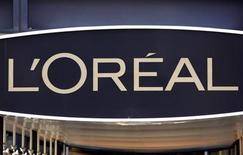 L'Oréal a publié lundi soir des résultats en nette hausse, marqués par une amélioration de la rentabilité mais aussi par un ralentissement de la cadence dans sa division de produits de luxe. /Photo d'archives/REUTERS/Charles Platiau