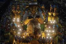 Carro alegórico da Vila Isabel, que saiu do sambódromo aclamada pelo público como campeã do Carnaval 2013 do Rio de Janeiro. 12/02/2013 REUTERS/Ricardo Moraes (BRAZIL - Tags: SOCIETY) - RTR3DO7A