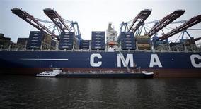 CMA CGM, un des grands transporteurs mondiaux de conteneurs maritimes, a signé avec ses banques créancières un accord de restructuration globale de sa dette. /Photo prise le 12 décembre 2012/REUTERS/Fabian Bimmer