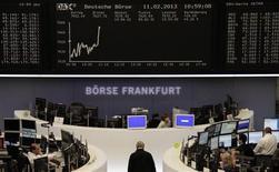 Трейдеры на торгах фондовой биржи во Франкфурте-на-Майне 11 февраля 2013 года. Европейские фондовые рынки растут во вторник, так как повышение акций банков компенсирует снижение котировок автомобильного сектора после публикации слабых квартальных отчетов. REUTERS/Remote/Janine Eggert