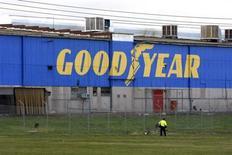 Goodyear, qui a publié un résultat trimestriel plus élevé que prévu mais a réduit ses prévisions de 2013 en raison d'un marché automobile européen médiocre, à suivre mardi sur les marchés américains. /Photo d'archives/REUTERS/Mick Tsikas