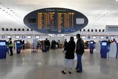 Perturbé par les intempéries, le trafic d'Aéroports de Paris a diminué de 3% en janvier dernier, à 6,2 millions de passagers: 4,3 millions accueillis à Paris-Charles de Gaulle (-3,0 %) et 1,9 millions à Paris-Orly (-3,2 %). /Photo d'archives/REUTERS/Gonzalo Fuentes