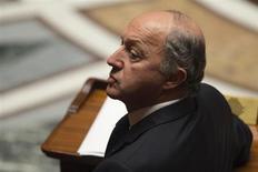 Laurent Fabius a estimé mercredi sur Canal+ probable que la France ne tienne pas son objectif de baisse des déficits publics en 2013 du fait de la faiblesse de la croissance. /Photo d'archives/ REUTERS/Charles Platiau