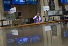 La bolsa española abrió el miércoles con pocos cambios, pero el mercado estaba instalado en una inercia favorable después de que su reciente corrección la llevara a niveles de finales del año pasado. En la imagen de archivo, un trader en la Bolsa de Madrid, el 6 de agosto de 2012. REUTERS/Susana Vera