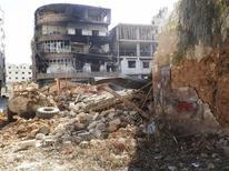 Daraya, dans la banlieue sud de Damas. L'armée syrienne a bombardé les secteurs sunnites de l'est et du sud de Damas mercredi pour tenter d'en chasser les combattants rebelles, rapportent des membres de l'opposition. /Photo prise le 4 février 2013/REUTERS/Fadi Al-Derani/Shaam News Network