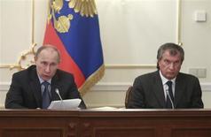 Presidente russo, Vladimir Putin (E), e o diretor executivo da Rosneft, Igor Sechin (D), participam de reunião sobre questões de combustível e energia, na Rússia. A Rosneft está buscando empréstimo de até 30 bilhões de dólares com a China em troca de dobrar o fornecimento de petróleo ao país, fazendo de Pequim o maior consumidor de óleo russo e ainda diversificando o fornecimento. 13/02/2013 REUTERS/Sergei Karpukhin