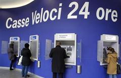Bancomat in funzione nel centro di Milano, 11 gennaio 2013. REUTERS/Alessandro Garofalo