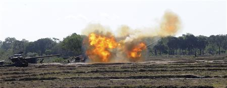 Government soldiers fire their artillery guns at Tamil Tiger insurgents in Kilinochchi, about 330 km (205 miles) north of the capital Colombo, September 22, 2008. REUTERS/Stringer
