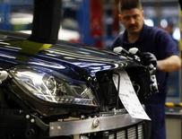 La economía alemana se contrajo un 0,6 por ciento en el último trimestre de 2012, su peor caída desde los peores momentos de la crisis financiera global de 2009, después de que las exportaciones se desaceleraron a finales del año, mostraron el jueves datos desestacionalizados. En la imagen, un trabajador en una cadena de montaje de Mercedes en Sindelfingen, cerca de Stuttgart, el 5 de febrero de 2013. REUTERS/Michael Dalder