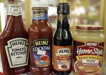 Соусы производства компании Heinz в магазине в Голдене, штат Колорадо, 28 февраля 2006 года. Инвестиционный консорциум, образованный компаниями Berkshire Hathaway и 3g capital, купит одного из крупнейших производителей пищевых продуктов H.J. Heinz Co за $28 миллиардов, что станет крупнейшей в истории сектора сделкой M&A. REUTERS/Rick Wilking