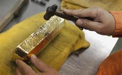 La demande d'or a enregistré une baisse de 4% en 2012, un premier repli depuis 2009, en raison d'un recul des achats de bijoux dans les pays asiatiques et d'une réduction des investissements dans les pays développés. /Photo d'archives/REUTERS/Eliseo Fernandez